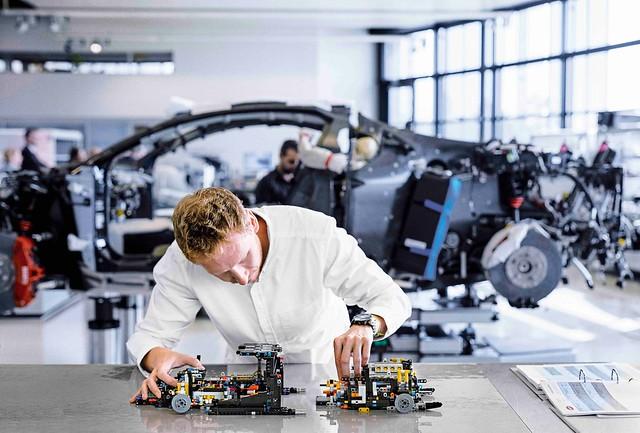 HighRes_LEGO-Bugatti-Chiron-production