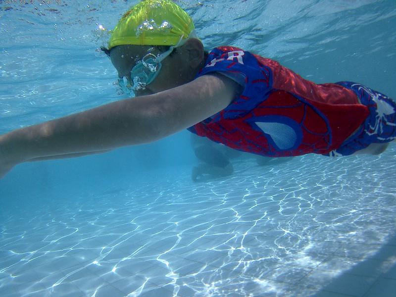 初學游泳 第一步先學口吸鼻呼