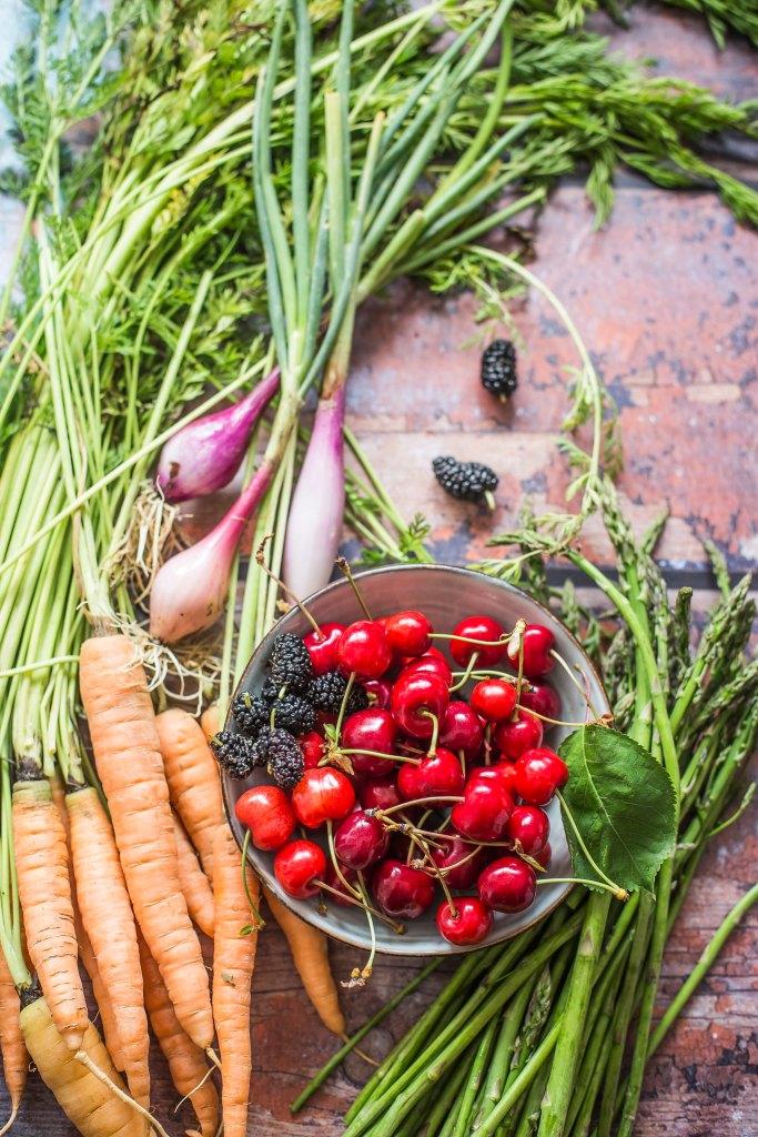 Ciliegie, asparagi, cipollotti e carote