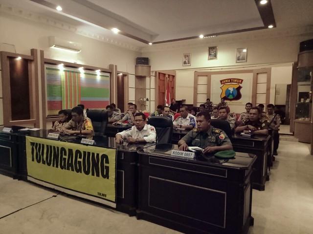 Ketua KPU Tulungagung Suprihno saat mengikuti video conference (vicon) Kapolri, beserta kementerian terkait, pada Selasa di Polres Tulungagung (5/6)