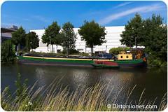 Casa flotante en transporte de río con paneles solares