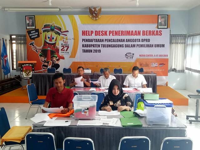 Komisioner dan staf KPU Tulungagung saat melakukan verifikasi administrasi bacaleg di Gedung Media Center Kantor KPU Tulungagung (21/7)