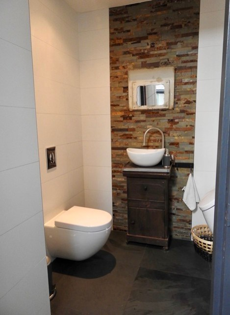 Toilet muur met steentjes landelijke stijl