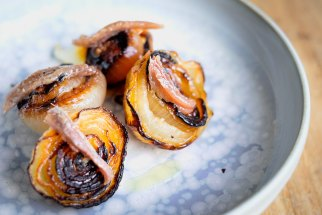 Grilled onions with anchovies