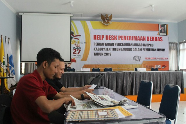 Suasana di help desk penerimaan berkas pendaftaran pencalonan anggota DPRD Tulungagung dalam pemilu 2019 di Gedung Media Center kantor KPU Tulungagung (9/7)