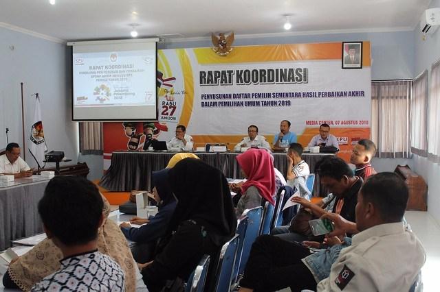 Suasana Rapat koordinasi Penyusunan Daftar Pemilih Sementara Hasil Perbaikan (DPSHP) di Media Center KPU Tulungagung (7/8)