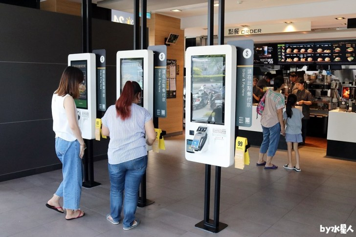 43135907685 3f950e9b3e b - 台中第一家麥當勞自助點餐機,搭配送餐到桌服務,不用在櫃檯排隊點餐啦!