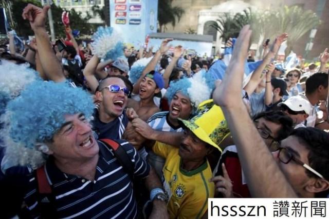 448578-argentina-soccer-fans-celebrate_770_514