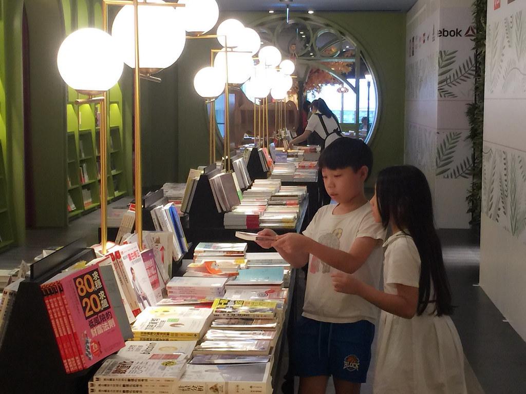 暑假生活。秀泰文心店。小書店
