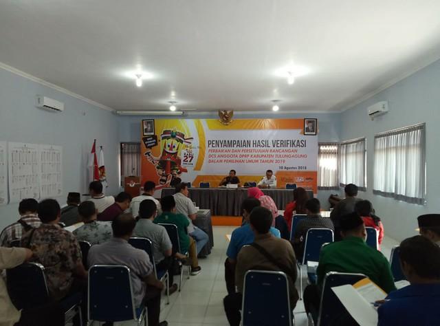 Ketua KPU Suprihno, M.Pd., saat menyampaikan hasil verifikasi perbaikan dan persetujuan rancangan Daftar Calon Sementara (DCS) anggota DPRD Kabupaten Tulungagung dalam Pemilu 2019 (10/8)