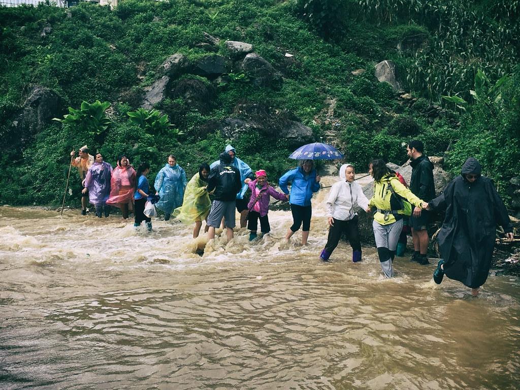 hold-hands,-flood,-sapa,-outlanderly