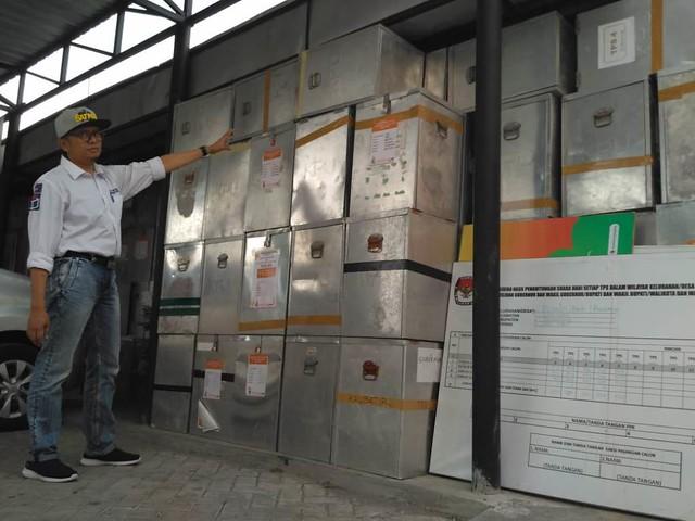 Komisioner KPU Tulungagung, Koordinator Divisi Umum, Keuangan dan Logistik, Victor Febrihandoko, menujukan tumpukan kotak suara yang bakal di lelang dalam waktu dekat (10/9)