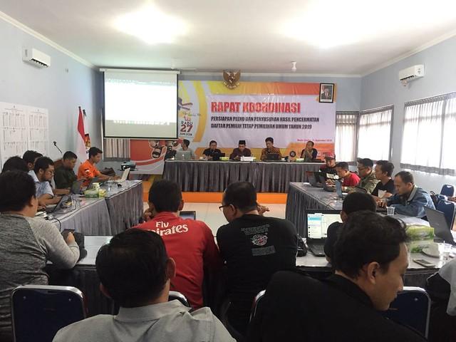 Ketua KPU Tulungagung Suprihno, M.Pd., (dua dari kiri) saat memimpin rakor persiapan pleno dan penyusunan hasil pencermatan DPT pemilu 2019 di gedung Media Center (11/9)