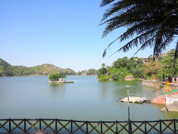 Lago en el monte Abu