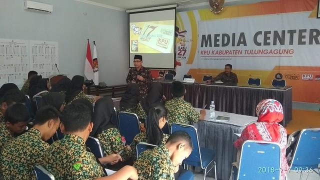 Komisioner KPU Tulungagung Mustofa saat menyampaikan pentingnya pemilu kepada murid SMK Negeri 1 Rejotangan di Gedung Media Center (7/9)