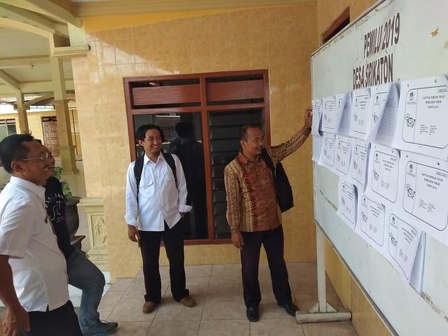 Kasubbag Program dan Data KPU Tulungagung Mohammad Anam Rifai saat memantau pengumuman DPT di Desa Srikaton Kecamatan Ngantru (4/9)