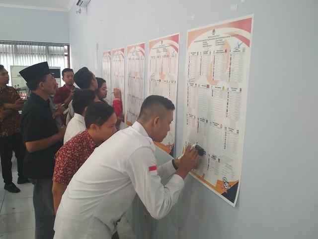 Penandatanganan persetujuan dan penetapan 514 daftar calon tetap (DCT) anggota DPRD Kabupaten Tulungagung, pada Pemilu 2019 di Media Center KPU Tulungagung (20/9)