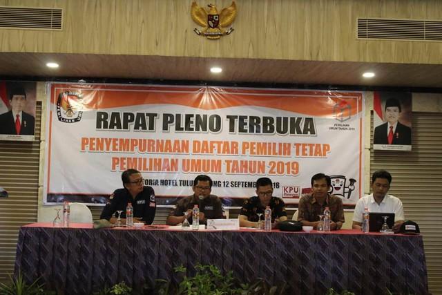 Rapat Pleno Terbuka Penyempurnaan DPT Pemilu 2019 dipimpin Ketua KPU Tulungagung, Suprihno, dan berlangsung di Crown Victoria Hotel, Rabu (12/9)