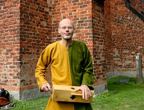 Lars Jonsson med sin vevlira. Han kommer att bruka den för att ge några musikaliska exempel under sitt föredrag om Carmina Burana.