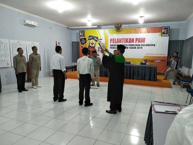 Ketua KPU Tulungagung Suprihno, M.Pd., saat membacakan sumpah dan janji di gedung Media Center KPU Tulungagung (13/9)