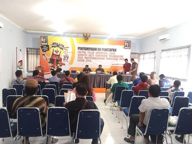 KPU Tulungagung saat menyampaikan SK penetapan DCS pada pengurus parpol di Gedung Media Center Kantor KPU Tulungagung, Rabu (15/8)