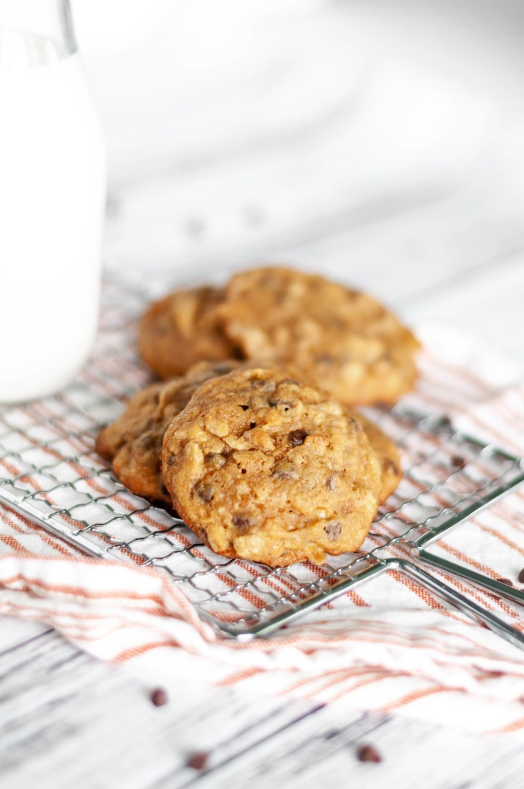 Pumpkin Oatmeal Cookies are super soft and chewy. Filled with warm pumpkin and spices, oatmeal and mini chocolate chips. The perfect fall dessert.