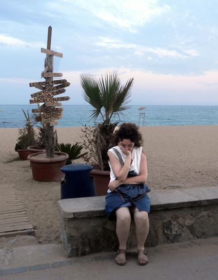 16h04 Señora en el Paseo del Mar de Caldetes