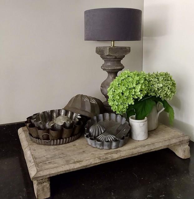 Bajot tafeltje oude bakvormen balusterlamp aanrecht