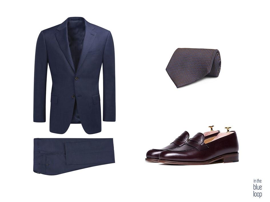 Traje azul con zapatos loafer o mocasines masculinos y corbata