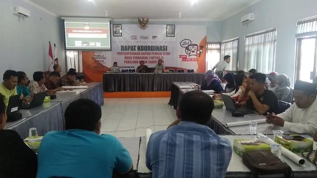 Suasana Rapat koordinasipenyempurnaan daftar pemilih tetap hasil perbaikan 1 (DPTHP-1), Pemilu 2019, di Media Center KPU Tulungagung (10/10)
