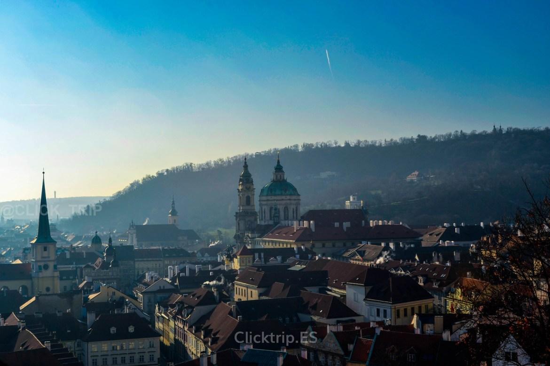 Vistas del campanario y cúpula de la Iglesia de San Nicolás de Malá Strana desde el Castillo de Praga