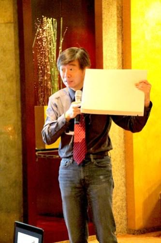 徐業良介紹「WhizPad」智慧床墊如何感知/照片由終身教育部提供