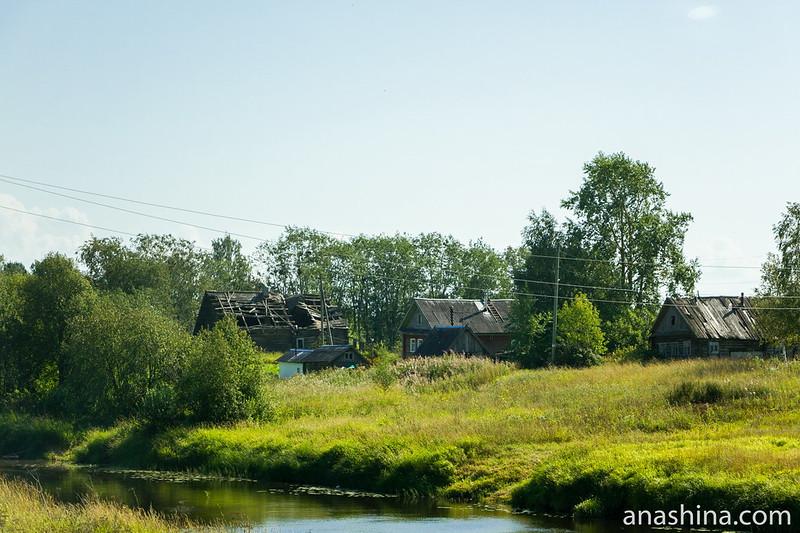 Дома вдоль реки Мегрега, Карелия