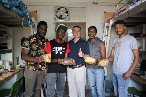 宿服組組長致送麵包給外籍生