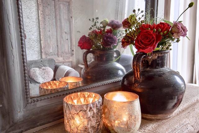 Bloemen op de schouw windlichten spiegel