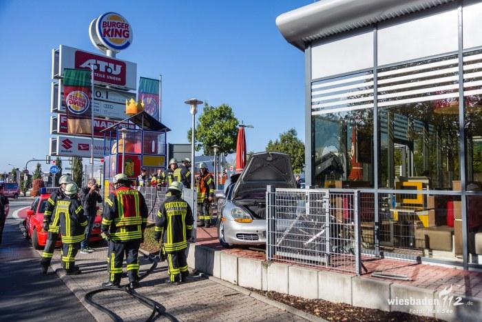 PKW kracht in Burger King Filiale