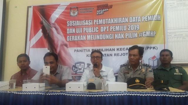 Komisioner KPU Tulungagung Victor Febrihandoko, S.Sos., saat memberikan sambutan dalam kegiatan Uji Publik DPT Pemilu 2019 di kantor Kecamatan Rejotangan (16/10)