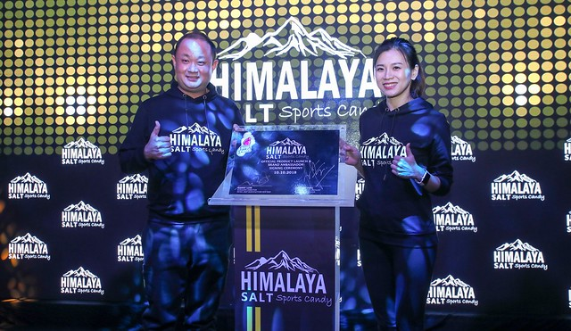 Photo 2 (L-R) Kenny Low, Founder and Managing Director of Nicko Jeep Manufacture Sdn Bhd & Goh Liu Ying, Himalaya Salt Sports Candy Ambassador