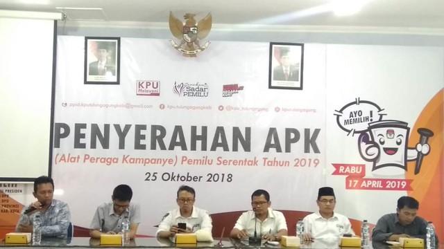 Penyerahan APK yang dilakukan KPU Tulungagung, juga disaksikan oleh anggota Bawaslu Tulungagung Kamis (25/10)