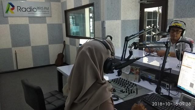 Victor Febrihandoko mengajak masyakarat untuk menyukseskan Pemilu 2019 dalam acara talk show di R Radio (16/10)