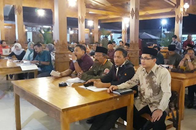 Anggota KPU Tulungagung Mustofa saat mengikuti Rapar Koordinasi Penyusunan Modul Kursus Kepemiluan oleh KPU Jatim di Rumah Makan Harmadha Joglo Magetan (27/9)