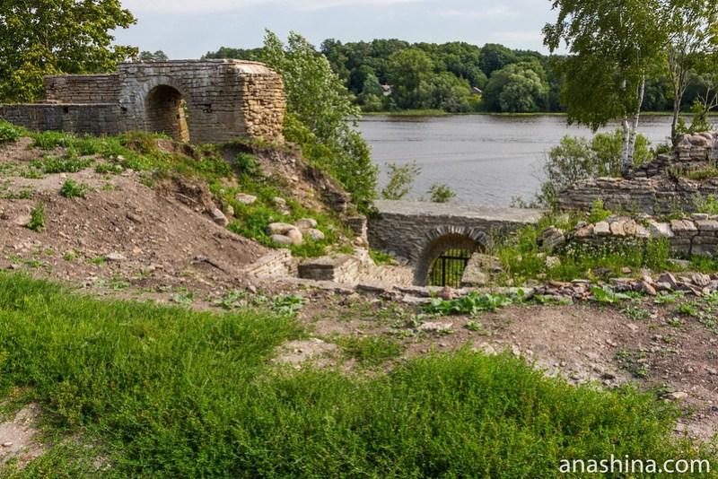Стена Ладожской крепости, обращенная к Волхову