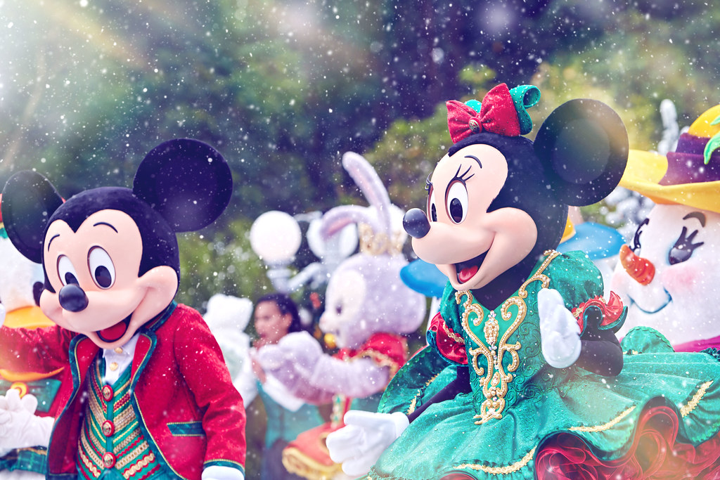 2. A Disney Christmas_Mickey and Minnie