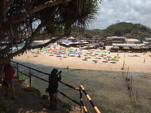 gazebo dan payung pantai Drini Yogyakarta
