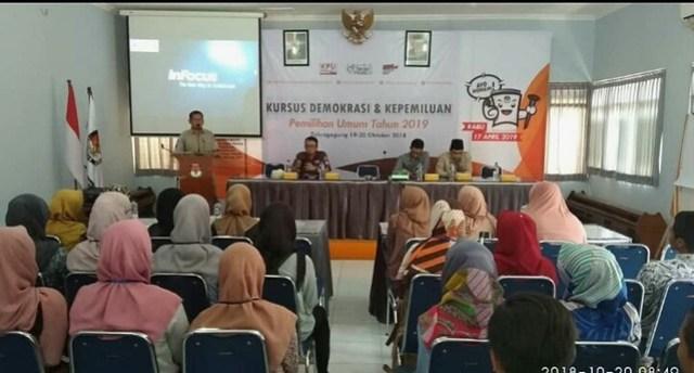 Suprihno memberi sambutan saat pembukaan Kursus Demokrasi dan Kepemiluan di Gedung Media Center Kantor KPU Tulungagung, Jumat (19/10)