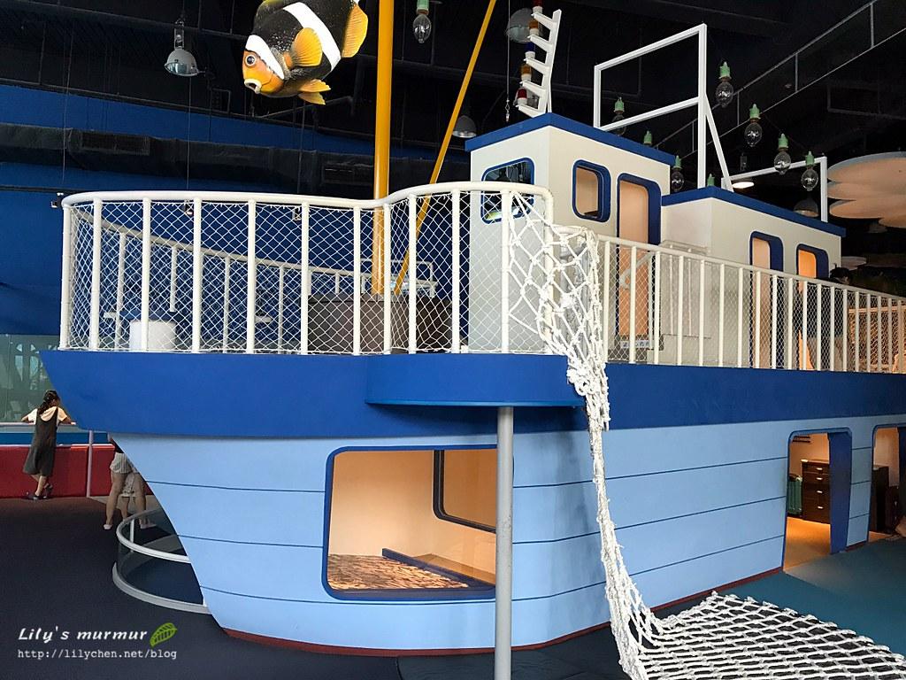 這艘擬真按比例縮小的船,可以讓孩子們爬上爬下很有趣!