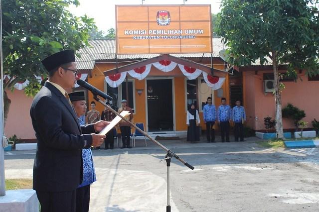 Ketua KPU Suprihno, M.pd., saat memberikan sambutan pada upacara peringatan hari kesaktian pancasila di halaman kantor KPU Tulungagung (1/10)