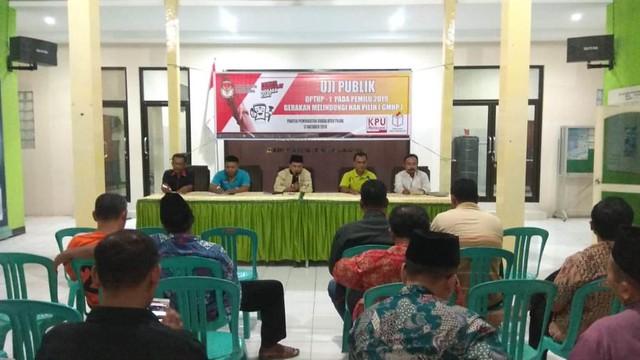 Moh Choirul Anam (tengah) saat monitoring uji publik DPTHP-1 dan GMHP di Desa Pojok Kecamatan Ngantru (17/10)