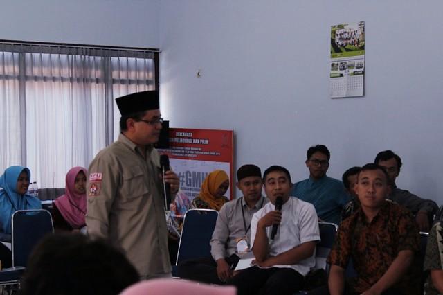 Mustofa berinteraktif dengan peserta kursus melalui tanya jawab materi yang disampaikannya