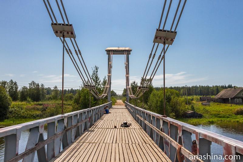 Пешеходный мост через реку Олонка в поселке Ильинский, Карелия